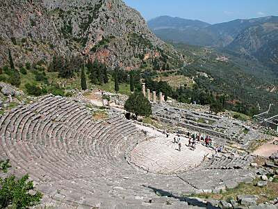 Delphi+theater+and+Temple+of+Apollo Δελφοί: «Δόγμα αρχαίων αμφικτιόνων»