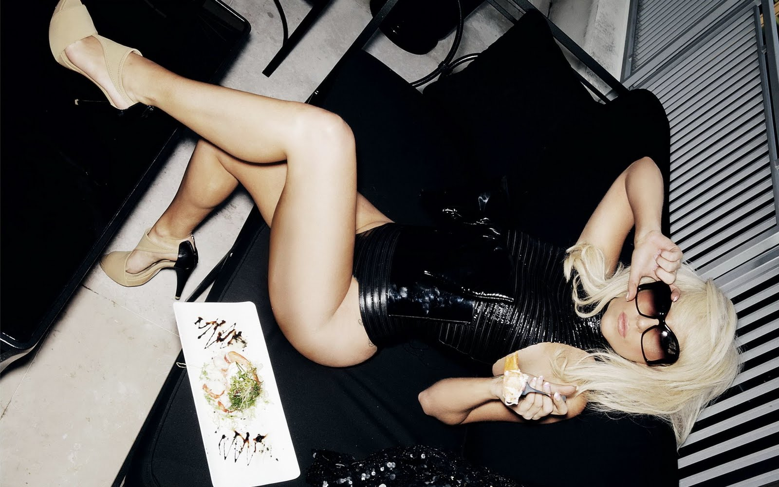 http://4.bp.blogspot.com/_N9_mRzq5wZc/TG5epagWPAI/AAAAAAAAAJ4/mVUDeIrBTdI/s1600/lady-gaga-hot-legs.jpg