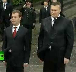 Ianucovitch, Medvedev e coroas de flores. VIDEO