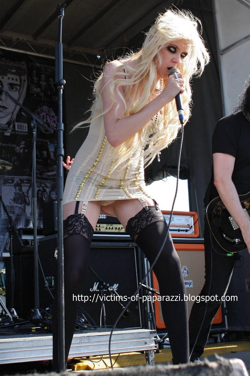 http://4.bp.blogspot.com/_NFcDSk31Yq8/TM-NZRq8D-I/AAAAAAAAASc/if5opXZ2LnA/s1600/Taylor+Momsen+hot+pic.jpg