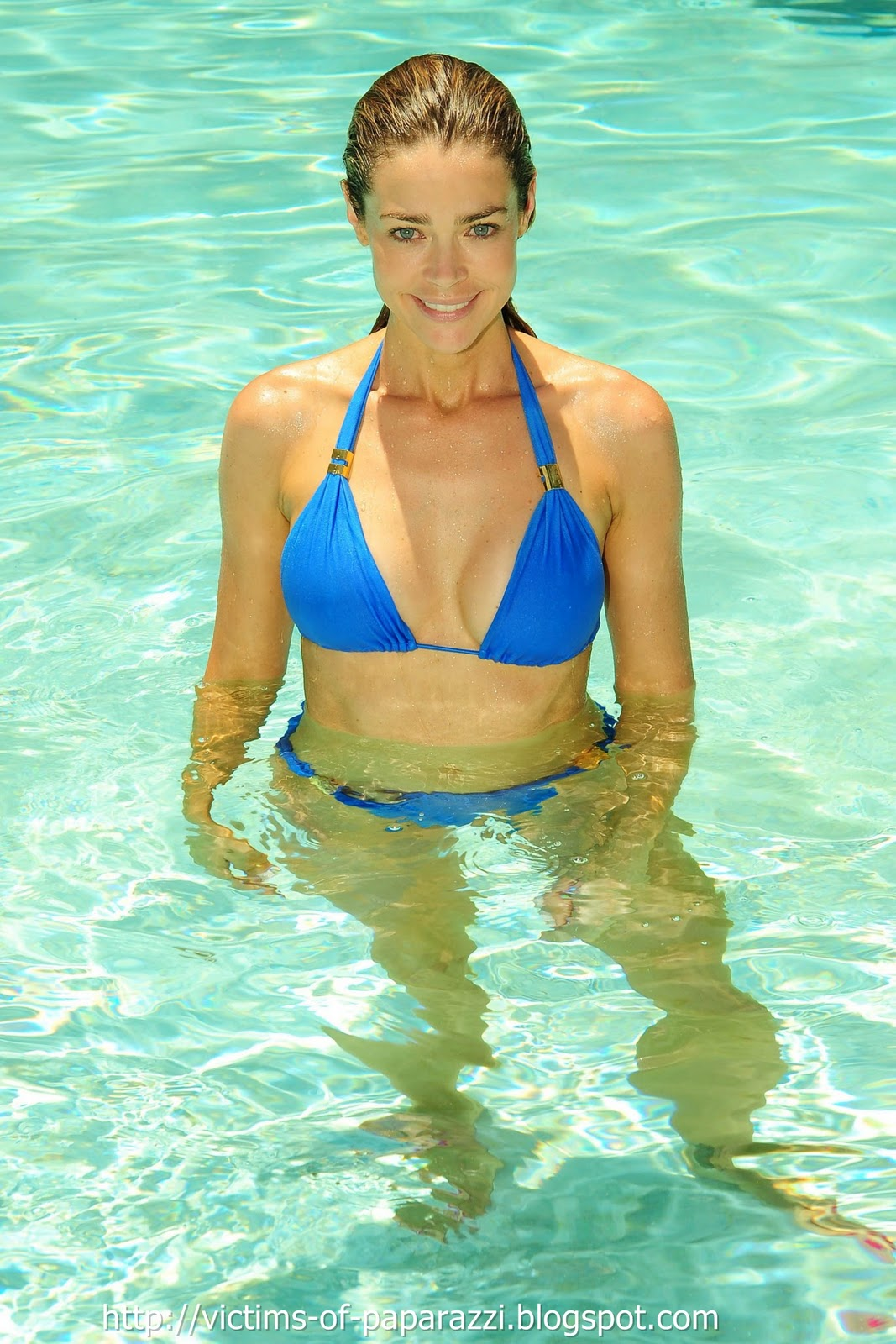 http://4.bp.blogspot.com/_NFcDSk31Yq8/TM_dN4ChYxI/AAAAAAAAAWE/9RzOybjO3Jo/s1600/Denise+Richards+blue+bikini+5.jpg