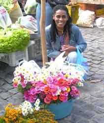 Esposa com flores na feira.