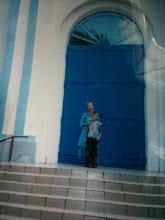 Micha, Orphelin de Tchernobyl, & Presbytéra Anna, sa Maman d'adoption,  devant l'Eglise