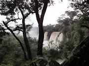 Para se chegar ao Parque Iguazú, é preciso antes atravessar o rio de mesmo .