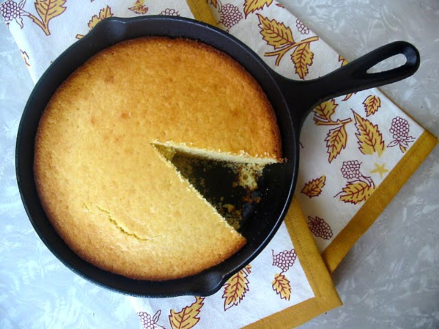 The Hungry Texan: Black Eyed Peas & Southern Skillet Cornbread