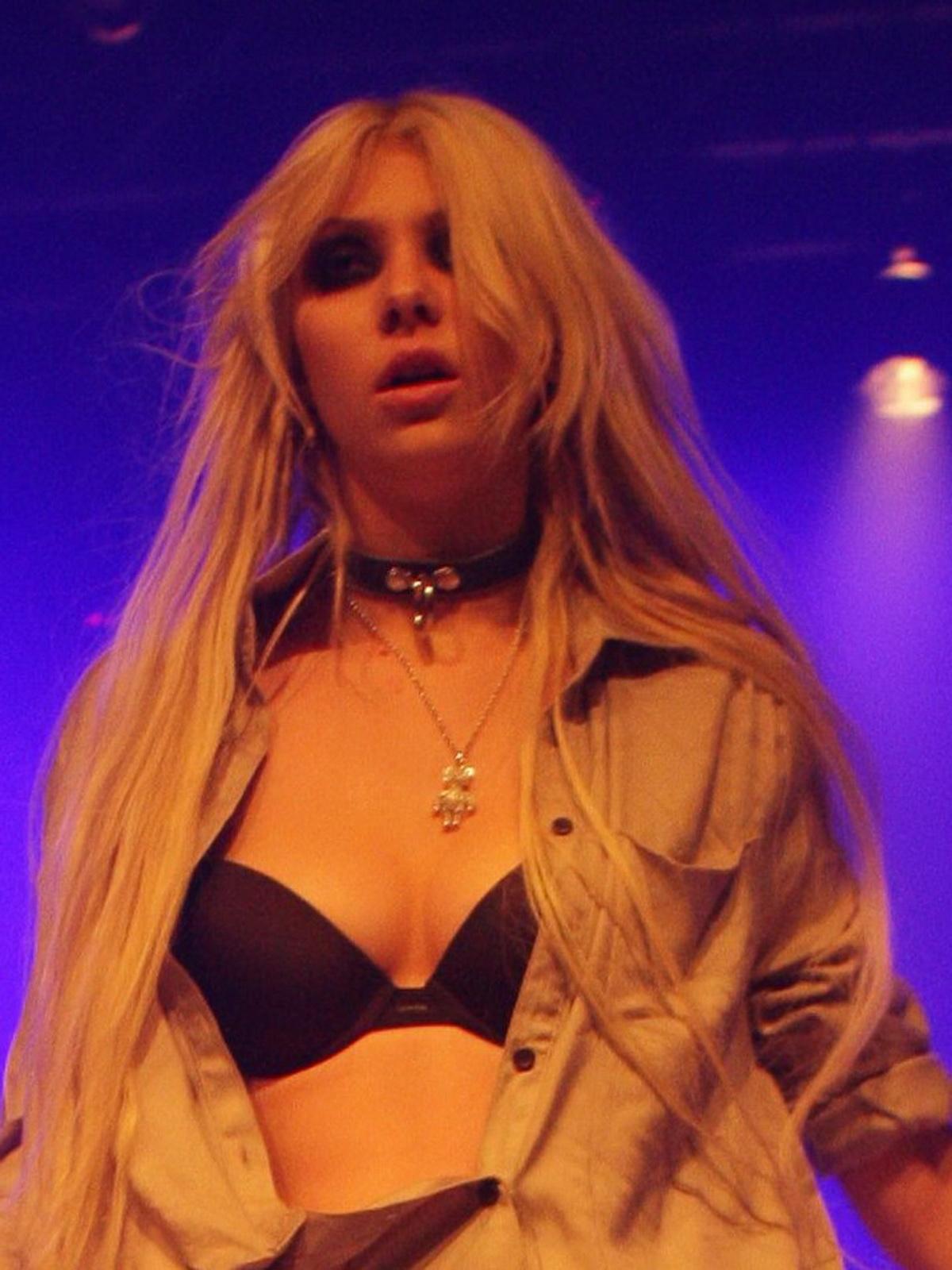http://4.bp.blogspot.com/_NRGPIrDtEg8/TQsv3NexNnI/AAAAAAAAAbE/0ZqiAIYhN1k/s1600/Taylor_Momsen_cleavage_2.jpg