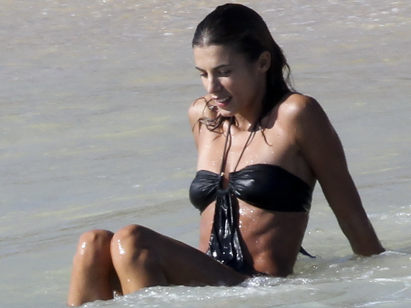 http://4.bp.blogspot.com/_NRGPIrDtEg8/TSMmFtY5MpI/AAAAAAAAAmY/fJXFKCZ7CjI/s1600/Elisabetta_Canalis_swimsuit_arse_in+bikini_beach_candids_Mexico_1.jpg