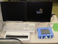 2台のディスプレイと点字、触図がわかる装置