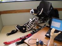 イスと、足を乗せる所と、下に1本スキー板がついたチェアスキー。2本のストックの先に小さなスキー板がついている