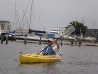 幅広の安定性の高い一人乗りカヌーで力強く水面を進む
