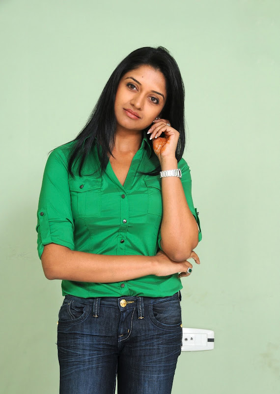 Actress Vimala Raman HQ Latest Stills wallpapers