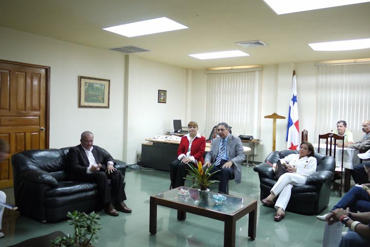 EL DR. HECTOR REQUENA SE REUNE CON EL GOBERNADOR EN SU DESPACHO