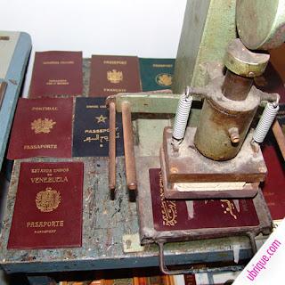Pasaportes de diversas nacionalidades en piel [Foto: Ubrique.com]