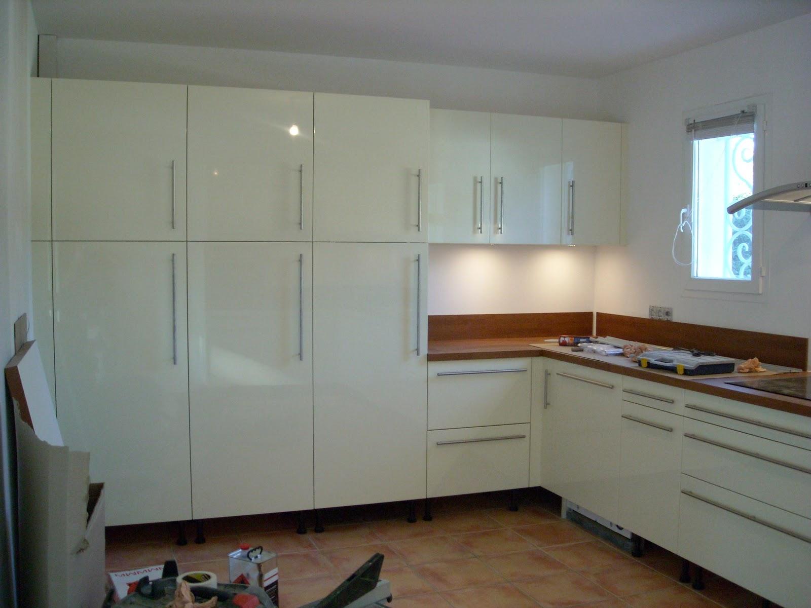 Victor cuisine bain d coration cuisine laqu e blanche et for Cuisine installation