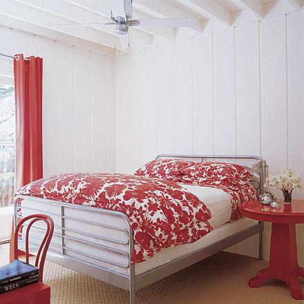 Дизайн спальни с красными шторами