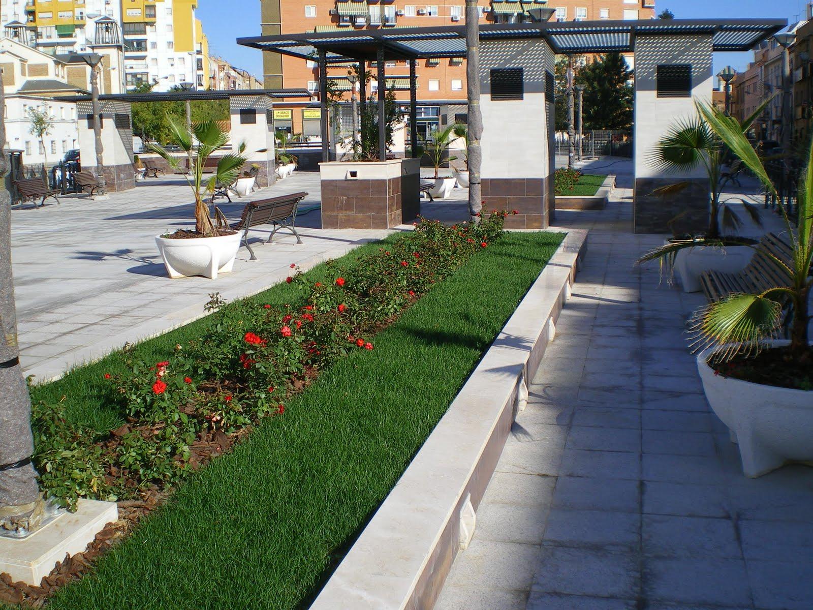 adems en las zonas de jardineras altas se juega con las gitanillas de color blanco en la zona perimetral para que puedan colgar por el borde de la