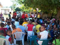 Niños y Niñas asistentes a la entrega de juguetes en Los Barracones