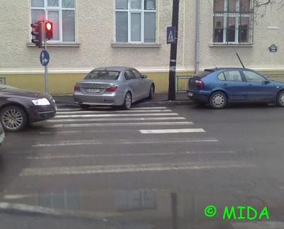 bmw parcat pe trecerea de pietoni