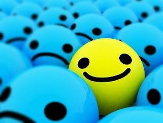 Una cara contenta entre moltes tristes