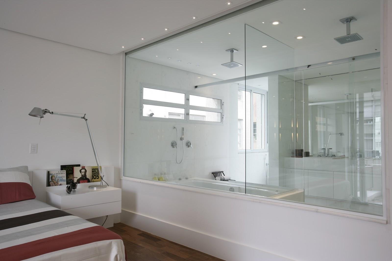 box e o vidro fixo que dá para o quarto é fechado por uma cortina de  #5C342F 1600 1067