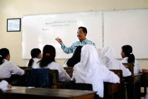 http://4.bp.blogspot.com/_NonznKwMNzk/TJnT6Z2jqHI/AAAAAAAAAAM/rSB0dW8aZOc/s1600/guru-mengajar1.jpg