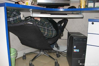 Yet another way to sleep in office (3) 2