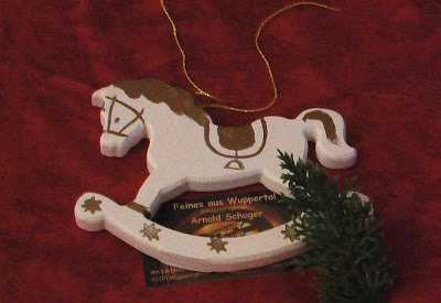 Nostalgische schaukelpferde in gold wei als for Nostalgische weihnachtsdeko