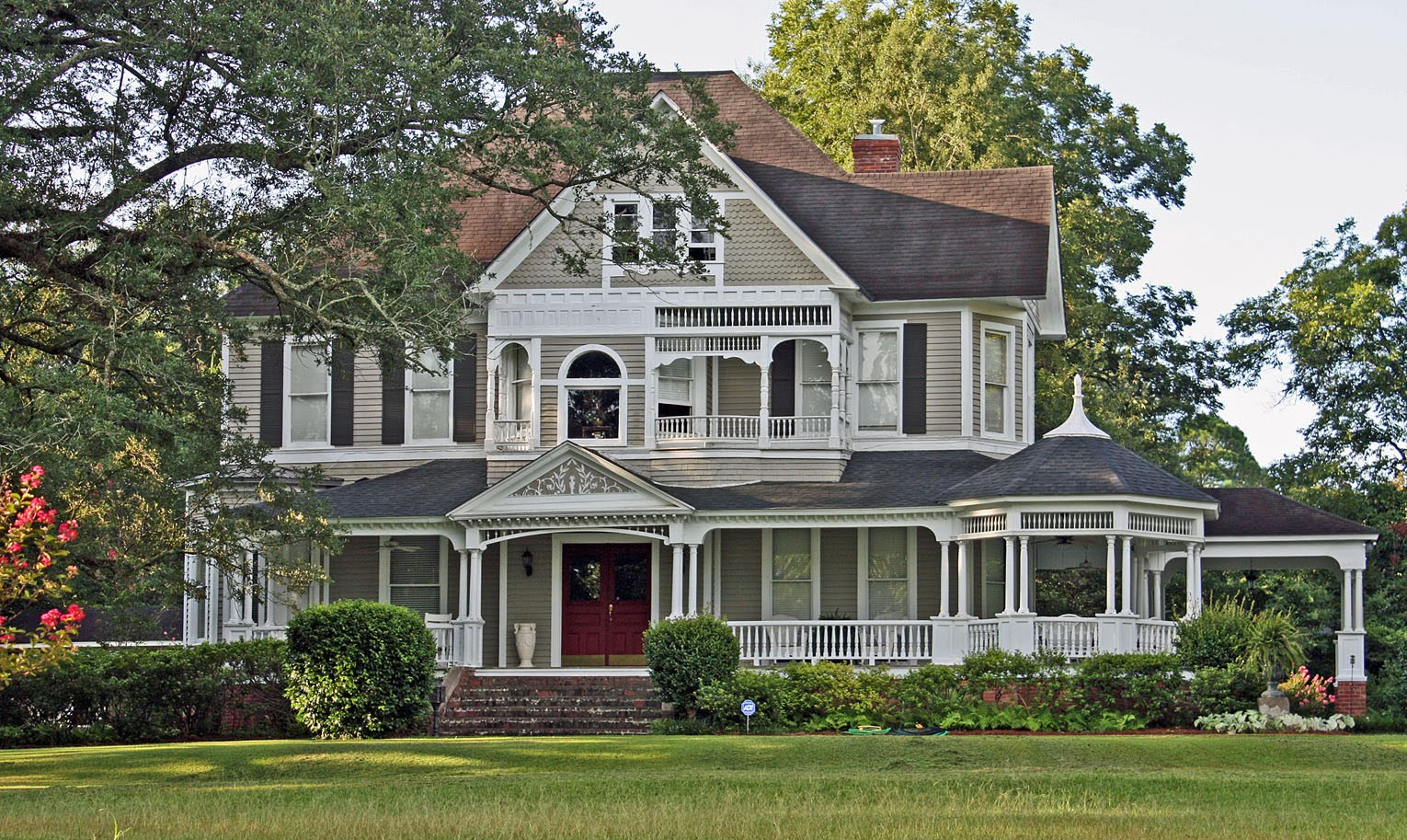 Southern lagniappe the historic houses of canton for Beautiful classic houses