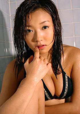 Jun Natsukawa Hot babe in black bikini