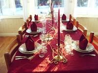 Till bords! Med Hummersoppa, Lax och Pannacotta.