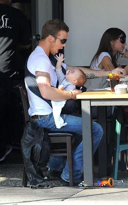 Ο Cam Gigandet από το Λυκόφως, απλά ακαταμάχητος με το μωρό του στην αγκαλιά του