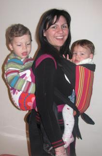 Έχω φορέσει πολλές φορές ταυτόχρονα τα δύο παιδιά μου, που έχουν διαφορά ηλικίας 18 μήνες. Στη φωτογραφία, σχεδόν 3 χρονών ο Βασίλης και 15 μηνών η Ρέα, ζυγίζουν μαζί 32 κιλά περίπου!