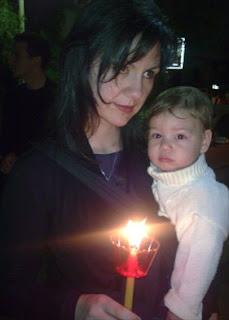 Τη Μεγάλη Παρασκευή στον Επιτάφιο με το μωρό μου, κρατούσαμε μαζί τη λαμπάδα μας στην περιφορά.