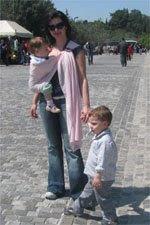 Πάντα προτιμώ να φοράω το μωρό μου απ' το να κουβαλάω καρότσι, έτσι νιώθω και μεγαλύτερη ασφάλεια!