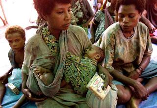 Μαμά φοράει τα δίδυμα μωρά της, το ένα θηλάζει και το άλλο κοιμάται!
