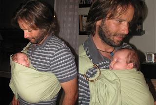 Το νεογέννητο μωράκι, ξαπλωμένο στην αγκαλιά του μπαμπά της, με ring sling.