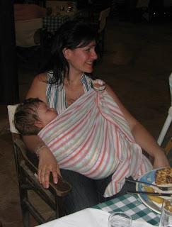 Το μωρό δεν ταλαιπωρείται και η υπόλοιπη οικογένεια απολαμβάνει έξοδο για φαγητό!