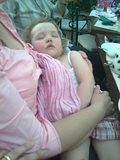Για να κοιμηθεί, η Μαρία θέλει το sling της αγκαλιά! Μυρίζει μανούλα!