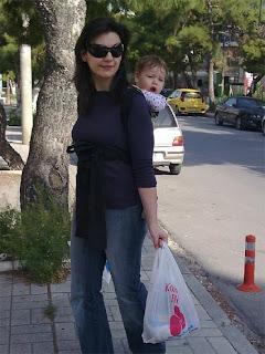 Με τα ψώνια στα χέρια και το μωρό στην πλάτη!