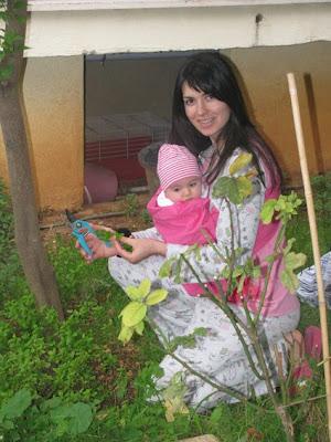 Χρησιμοποιώντας ring sling, μπορεί η μαμά να κάνει τις καθημερινές της δουλειές μαζί με το μωρό, παντού!