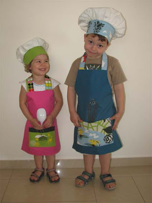 Τα παιδιά ντυμένα μάγειρες και ζαχαροπλάστες με στολές που φτιάξαμε για τη γιορτή του σχολείου!