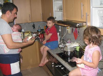 Ο τρίτεκνος μπαμπάς μαγειρεύει μαζί με τα παιδιά του!
