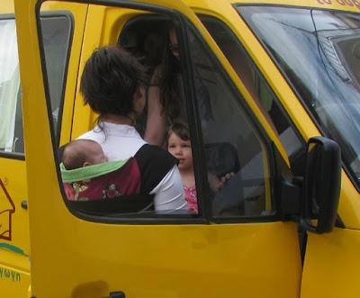 Τα παιδιά έρχονται με το σχολικό λεωφορείο και το μωρό είναι μαζί μου για την υποδοχή τους!