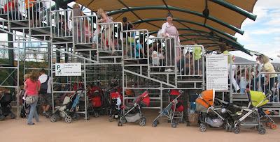 Χώρος στάθμευσης για τα καρότσια του μωρού! Όχι για μας!