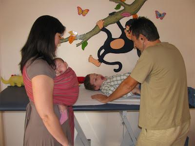 Επίσκεψη στο γιατρό με δύο παιδιά κι ένα μωρό!