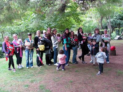 Πείτε sliiiiiing! Μερικές από τις μαμάδες babywearers που επισκέφθηκαν το Βοτανικό Κήπο στο εορτασμό της IBW 2010!