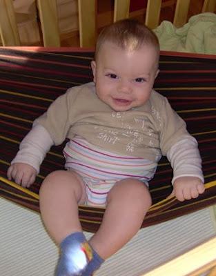 Το μωρό σε μάρσιπο αγκαλιάς sling είναι στην ίδια θέση που κάποιος κάθεται σε μια αιώρα!