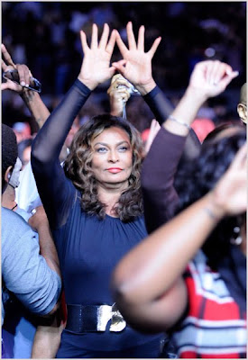 tina+u+better+throw+it+up! Randomness: Tina Knowles Throws Up The Roc
