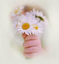 Fica sempre um pouco de perfume nas maõs de quem oferece flores...