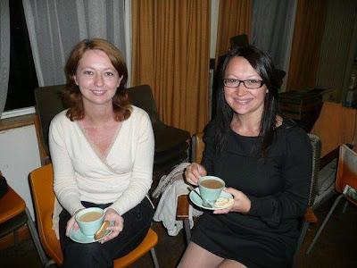 Лена и Оксана пьют чай